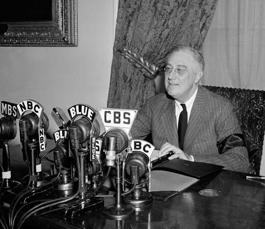 Roosevelt délivre un discours à la radio - La radio est un moyen de communication typique de la deuxième révolution industrielle