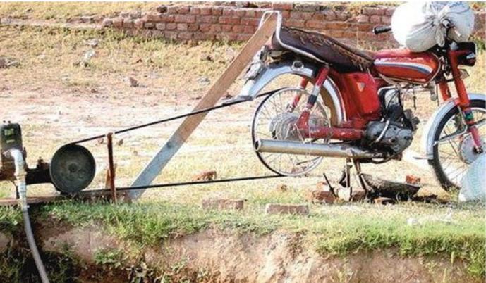 Innovation frugale - une moto qui fait pompe à eau